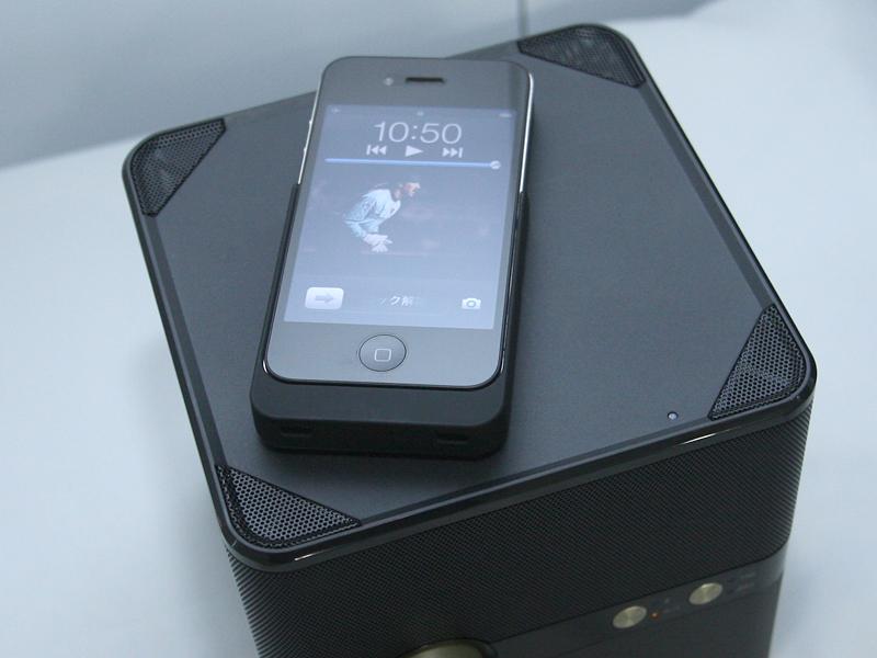 Qi充電のイメージ。写真の充電ジャケットは試作品
