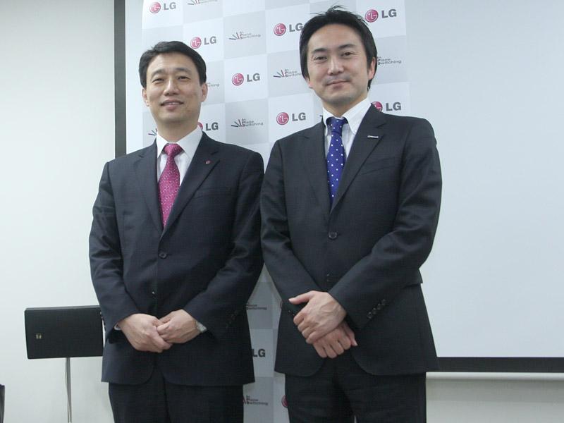 日本マイクロソフト 業務執行役員 コンシューマ&パートナーグループの金古毅氏(右)もゲストとして来場。Windows 8対応タッチパネル搭載モデルの発売を歓迎した