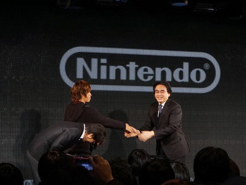 ドワンゴの夏野剛取締役、川上量生ドワンゴ代表取締役会長と握手をする岩田聡社長