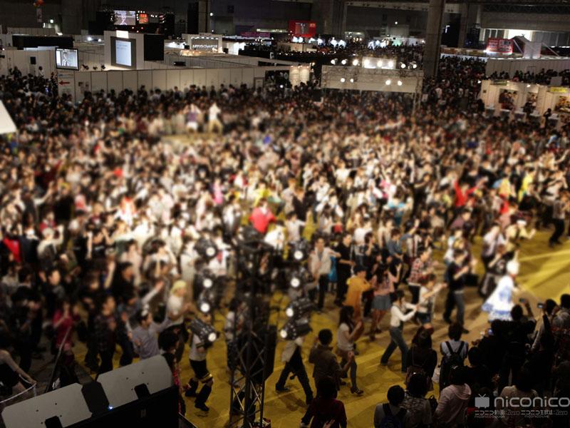 """今年の「ニコニコ超会議」の様子。左から、会場入口、鉄道ツアーで運行したブルートレインと向谷実さん、100人以上での""""踊ってみた""""の様子"""