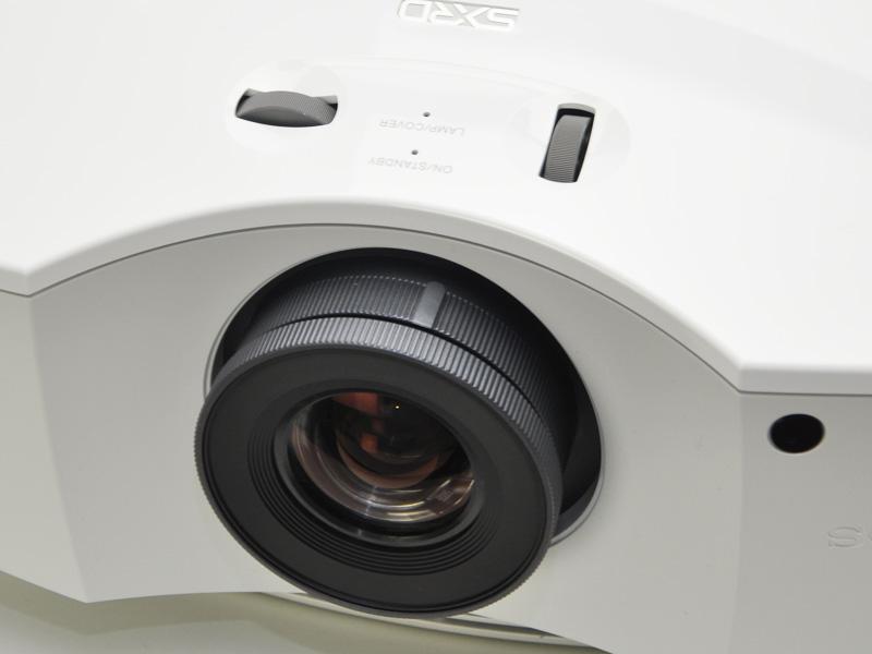 投射レンズの各調整機構は手動式。フォーカス調整はリモコン対応化して欲しい