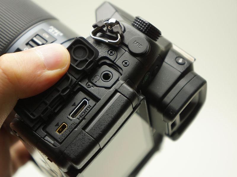 HDMIのほか、イヤホン端子も装備