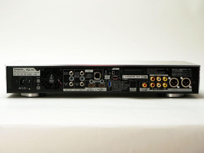 背面。BDレコーダでは唯一のバランス音声出力端子が迫力。HDMI端子は2系統で、USB端子は2.0端子と3.0端子の両方を備える。電源は3極端子を採用。ちなみに、側板や天板の厚さもここで確認できる