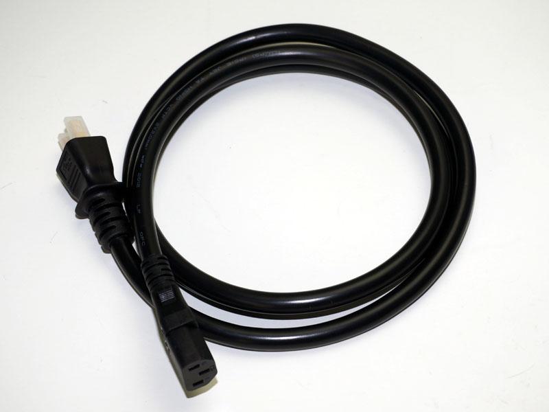 付属の電源ケーブルは、3極タイプの極太ケーブル。作りも良く、折り曲げずに収納されているのにも好感が持てる