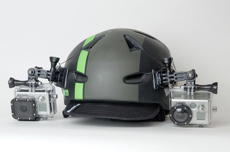 自転車用ヘルメットの両サイドに1台ずつ固定