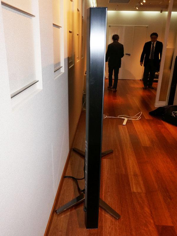 ディスプレイ部の厚みは9cm。画面サイズを考えれば十分薄型といえる?