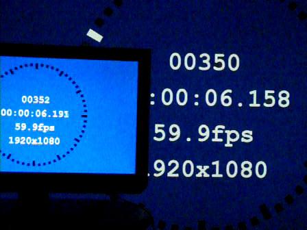 小さい画面が26ZP2、大きな画面がKD-84X9000。表示遅延は26ZP2との相対比較で約33ms(60Hz時、約2フレーム)