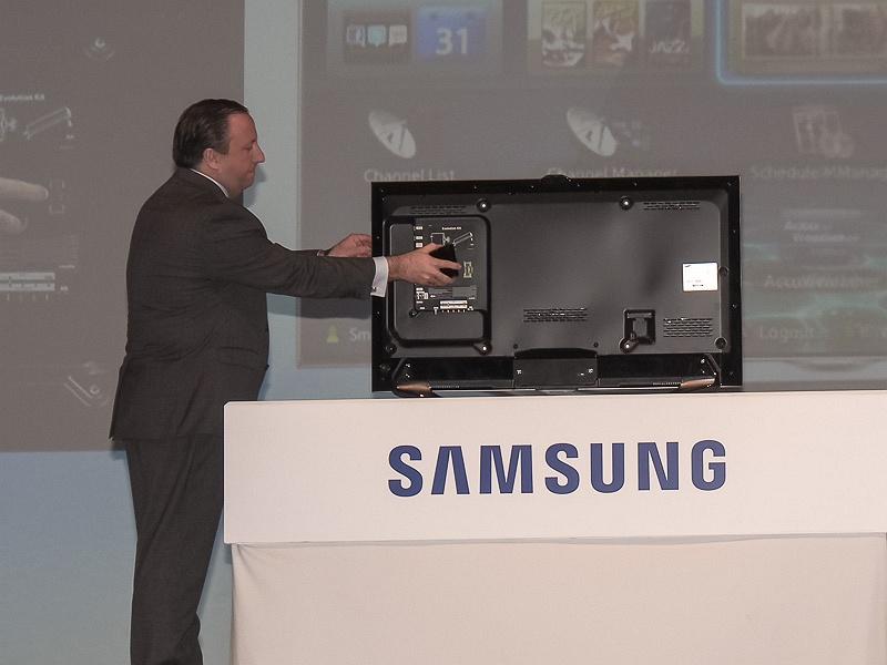 小型のボックスをテレビの背面に設置するだけで、新技術に対応できる