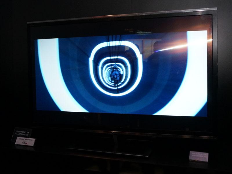 55型4Kのグラスレス3Dテレビ試作機