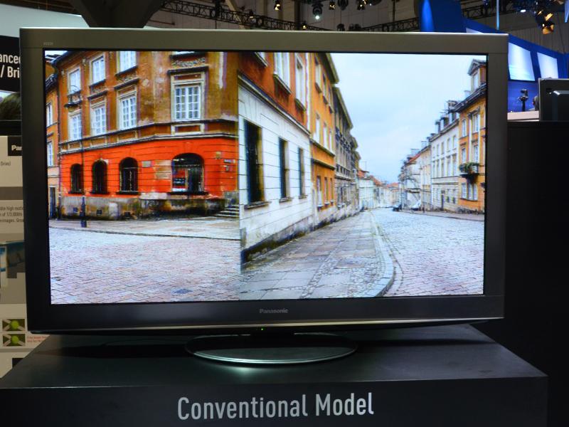 高速横スクロールする映像のボケ具合を比較。写真で違いは出ないが、実際の映像を見比べるとその違いは歴然。「プラズマは動画に強い」は2013年モデルでやっと真実となった?