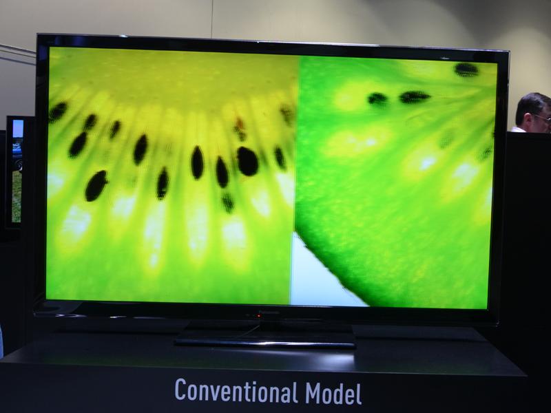 高速横スクロールする映像の表示比較デモ。こちらも写真では伝わりにくいが、2013年モデルの新型バックライトスキャニング採用型の方がボケ味は少ないことがよく分かる
