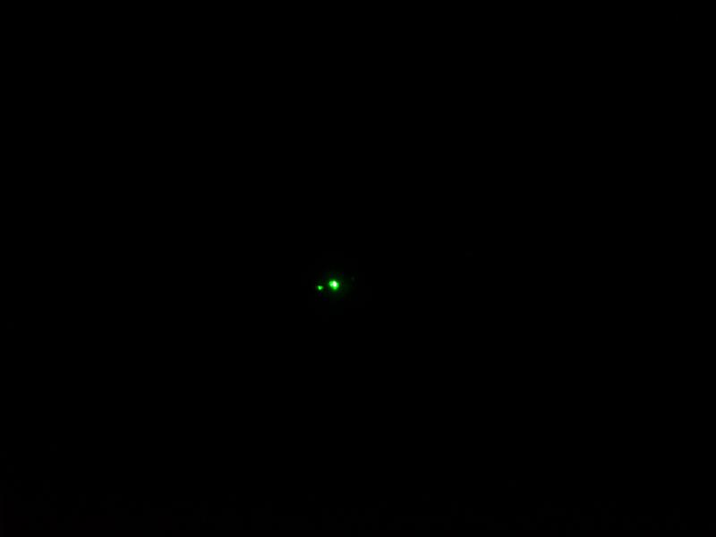 2012年モデルのプラズマにレーザーポインター(緑)を照射してみた。このようにガラス面の界面上に拡散光が二重に現れる