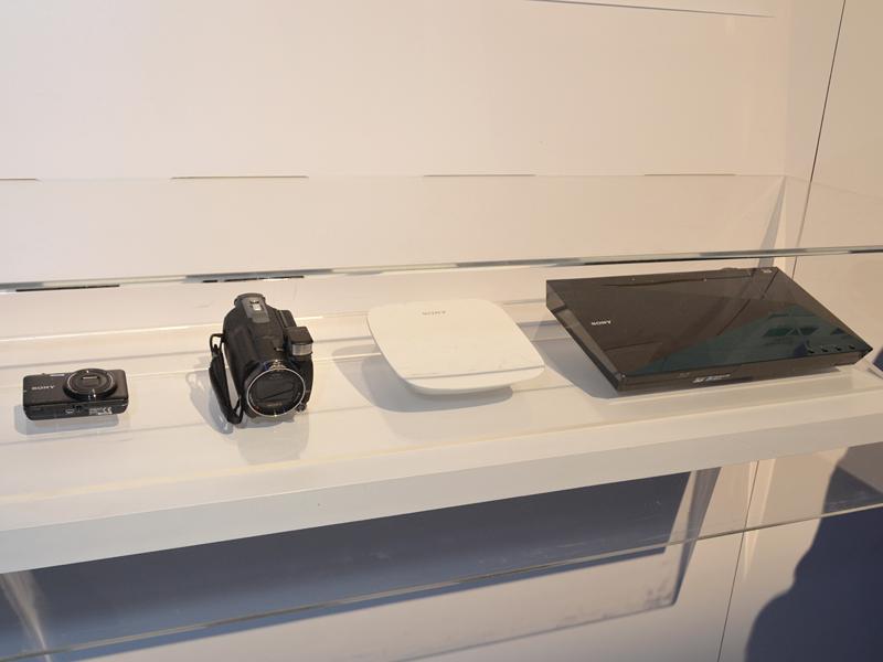 2013年登場予定のTRILUMINOS Color対応機器製品群。左からデジカメ(DSC-WX80)、ビデオカメラ(HDR-PJ790V)、ホームAVサーバー(LLS-201)、Blu-ray機器(BD-S5100)になる