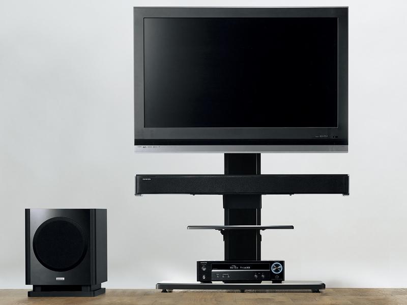 ハヤミ工産製のスタンド「KF-370」を使った、テレビ/同社シアターシステム(BASE-SW50)との組み合わせ例