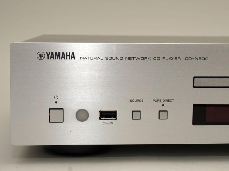 左側の操作ボタン類。USB端子を備えており、CD再生と切り換えるボタンもある。また、ディスプレイ表示などを消灯するピュア・ダイレクトボタンもある