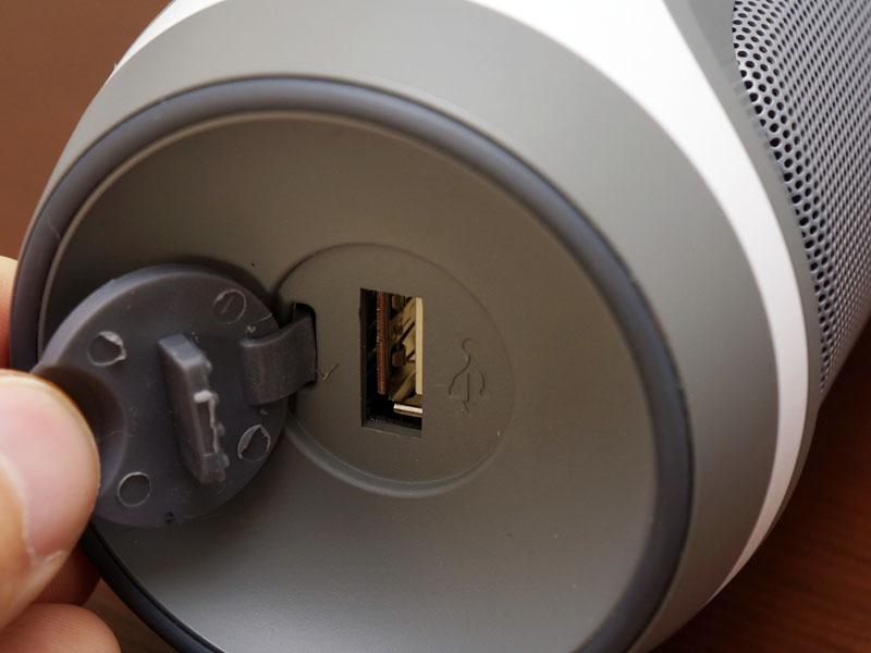 側面のUSB端子から、スマホなどを充電できる