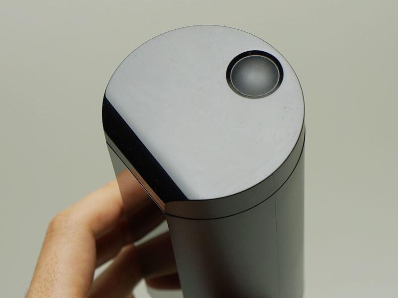 蓋の上部のくぼみに磁石でくっつく