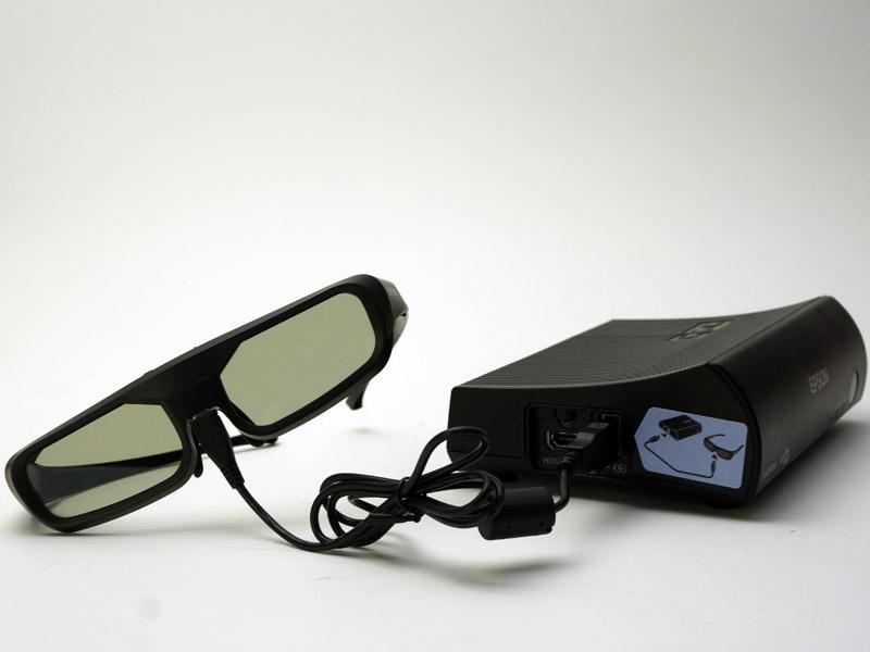 3Dメガネは「WirelessHDトランスミッター」に接続して充電できる