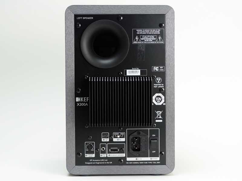 左側スピーカーの背面。主電源スイッチや入力端子(USBミニ タイプB、ステレオミニ)、EQ切り換えスイッチとゲイン調整などを備える。コントロール系はこちらに集中している