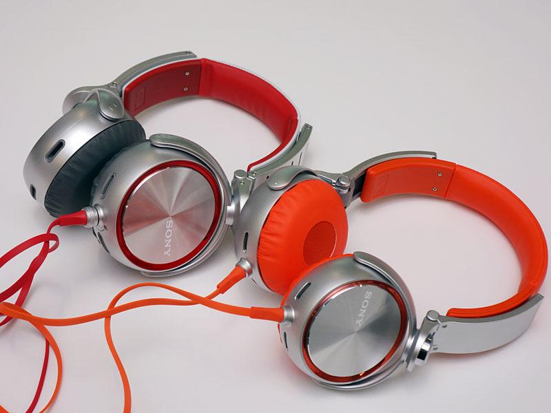左が「MDR-XB920」のレッドモデル。右が「MDR-XB610」のオレンジモデル