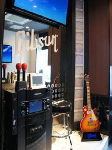 カラオケをバックに、Gibsonのギターが演奏できるコラボカラオケルーム