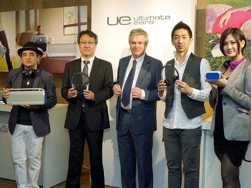 左から、WS800を持つDJ TARO氏、UE9000を持つロジクールの竹田芳浩社長、UE900を持つローリー・ドリーシニアバイスプレジデント、UE4000を持つマーケティングマネージャー黄佑仁氏、WS500を持つ坂井香さん