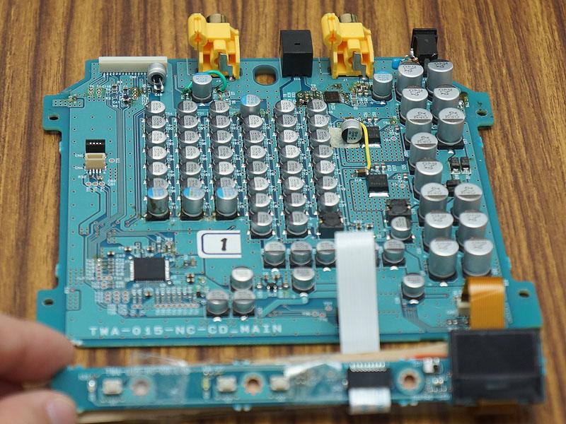 「NANO-CD1」の内部基板。上部に配置されるドライブメカのサイズを考慮し、残りのスペースを有効活用するため、高さの異なるコンデンサが多数並んでいるのがわかる