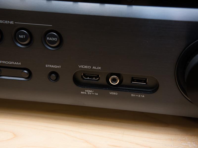 V775の前面。MHL対応のHDMI入力を備えている