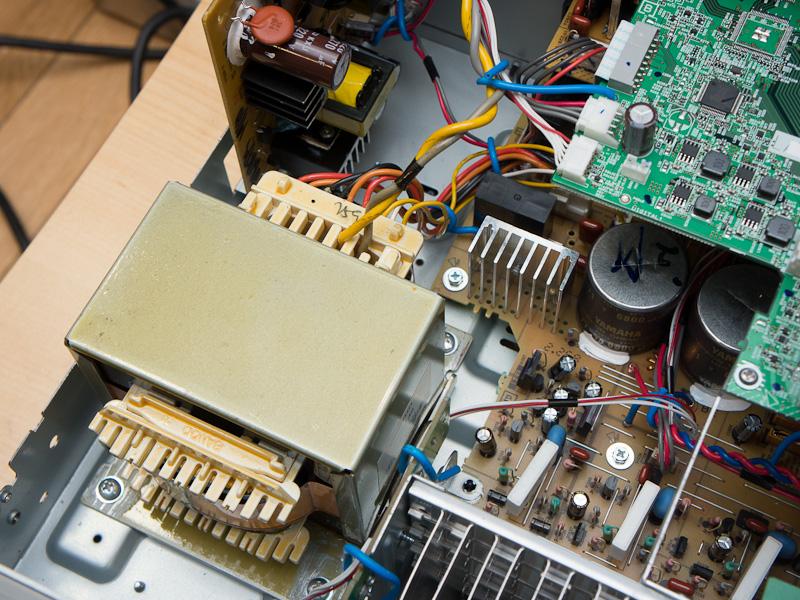 左がV773の電源部分、右がV775の電源。775ではアナログ回路用とデジタル回路用に別トランスを用いて相互干渉を防いでいる