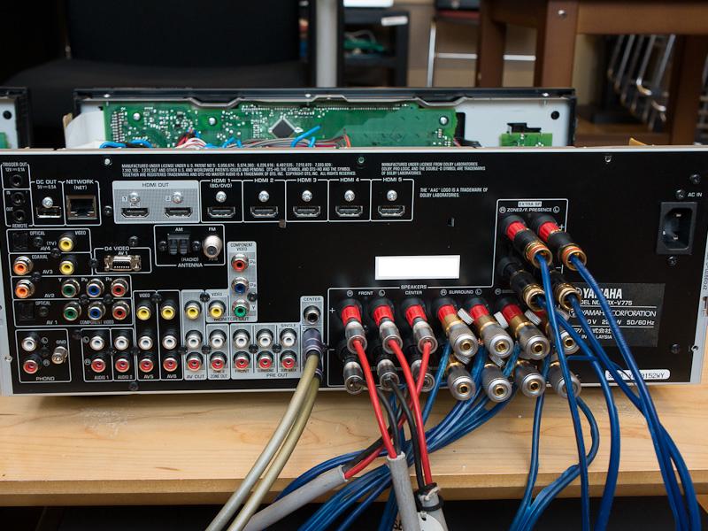 左がV773、右がV775の背面。搭載している端子の数や種類はほぼ同じだが、内部基板レイアウトの変更により、背面端子の位置も変更されている