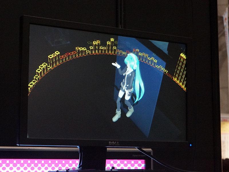 ニコ生で配信される合成映像。スクリーンのミクは撮影されておらず、カメラアングルに合わせた3DCGミクの合成が行なわれている