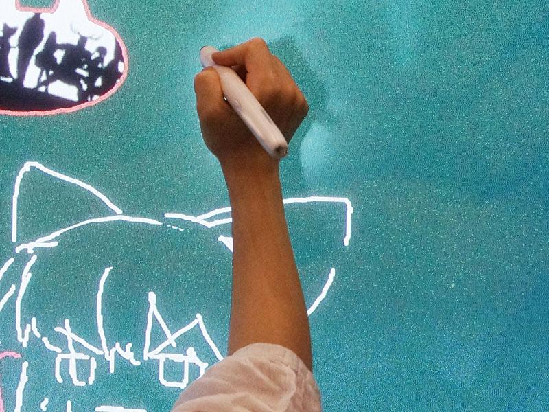 電子黒板全体が「ニコニコ超未来プレーヤー」で、好きな文字や絵を書き込め、配置も変更できる