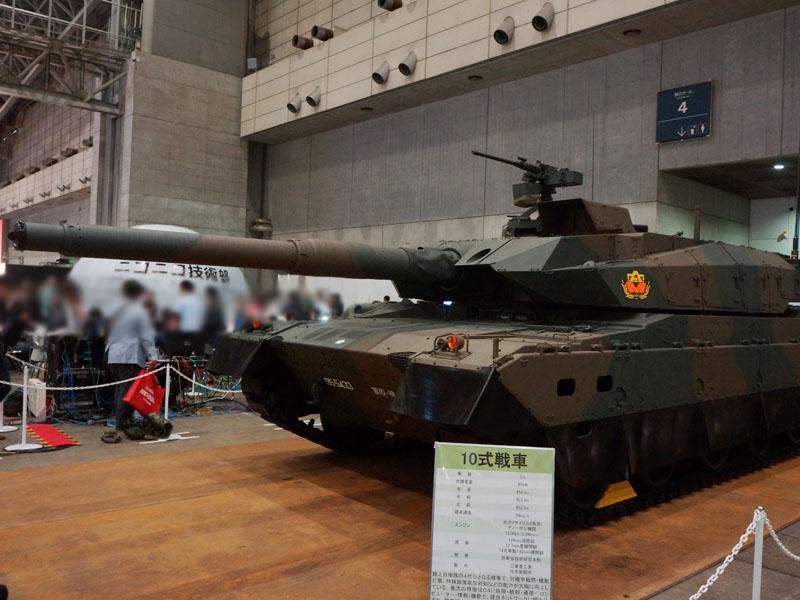 10式戦車。120mm滑空砲や12.7mm重機関銃などを装備。戦闘時に高い連携を可能にするネットワーク機能や、軽量化(約44トン)を実現した事などが特徴だ