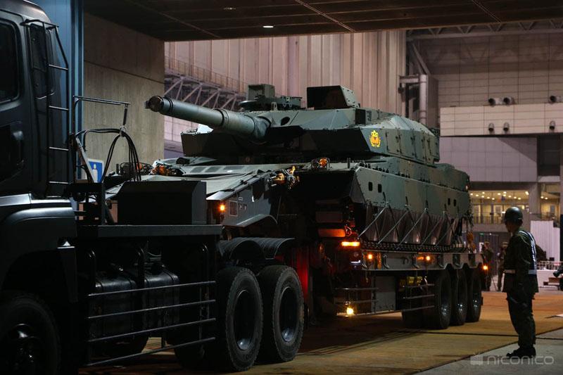 10式戦車を会場に搬入するまでの様子