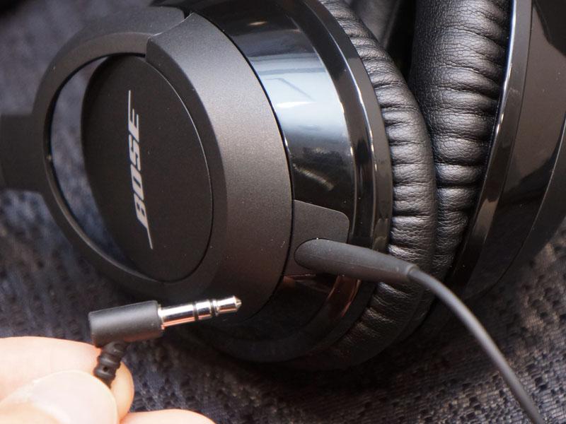 付属のケーブルを接続すれば、有線接続ヘッドフォンに変身
