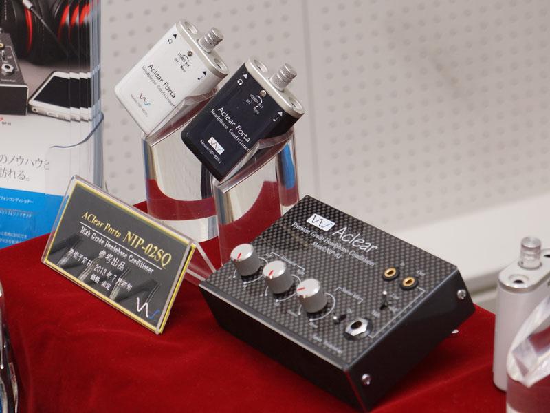 中村製作所ヘッドフォンコンディショナー「AClear Porta(アクリア ポータ)」。左のポータブルタイプ「NIP-02SQ」と、右の据え置き型「NIP-03」が新機種