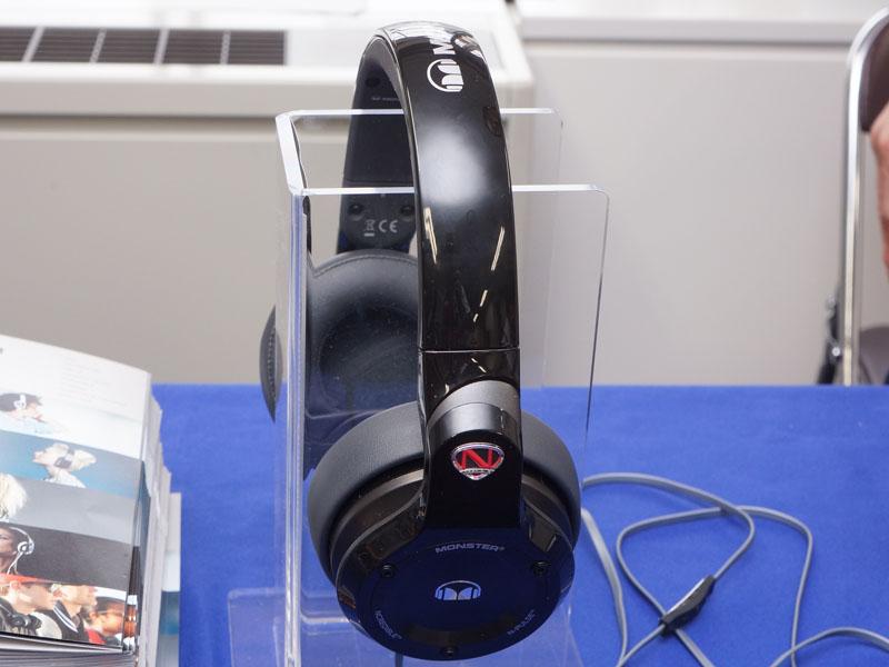 ハウジングは回転でき、片耳モニターが可能。写真は5月11日の「春のヘッドフォン祭 2013」で展示されたもの