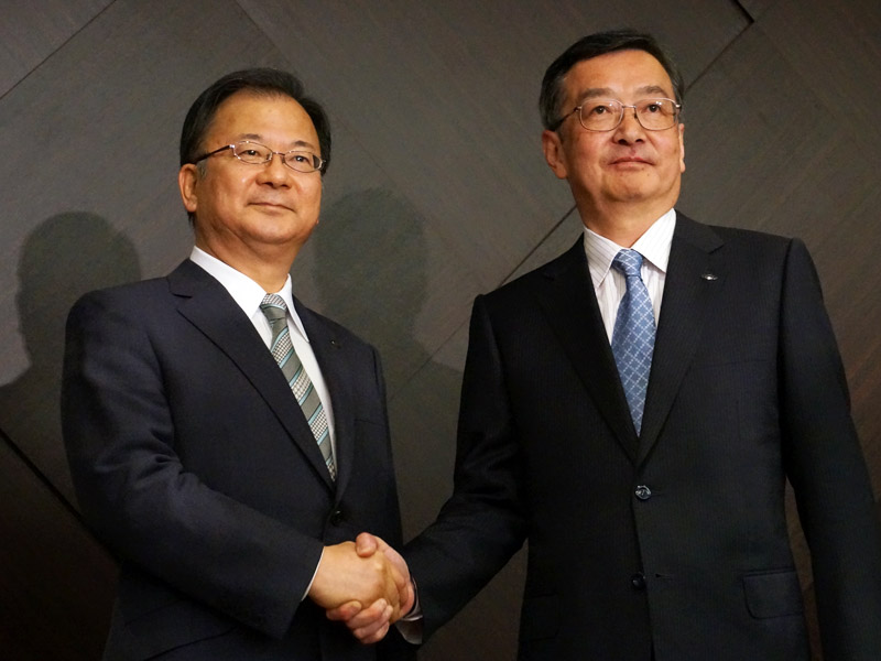 奥田隆司代表取締役社長(左)と新社長に就任する髙橋興三副社長(右)