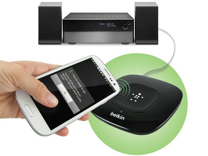 使用例。家のオーディオ機器などに接続して、スマートフォンの音楽をワイヤレスで聴ける