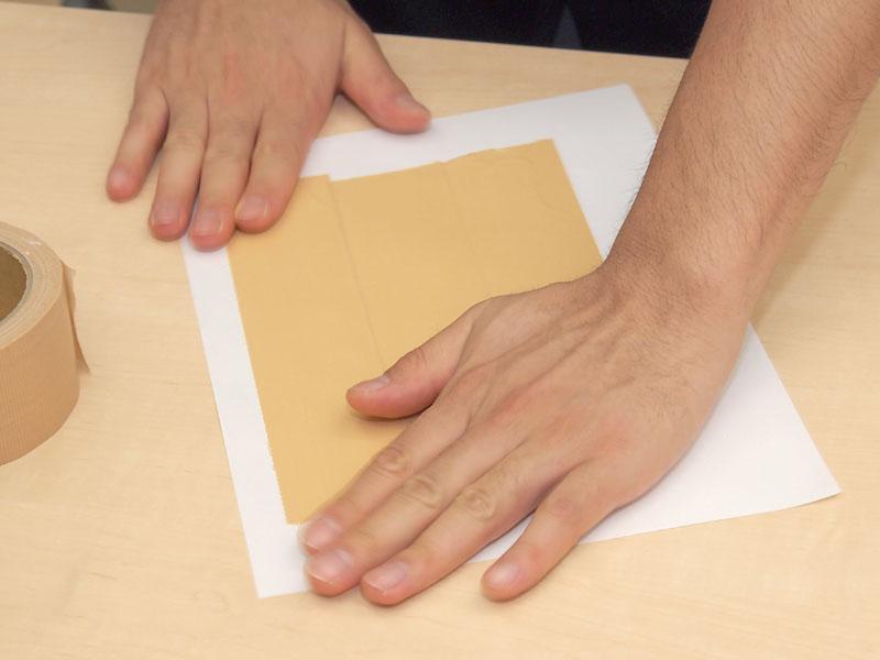 紙とガムテープで、型枠を作る