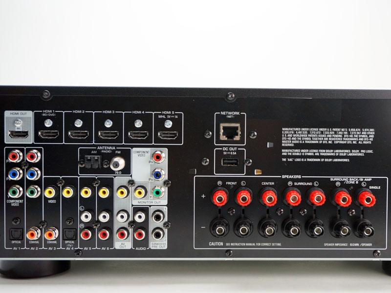 背面の入出力端子。上部にHDMI入出力とEthernet、左の下側にアナログ系の入出力がある。ソースごとに映像と音声の入力がセットになっており、わかりやすい