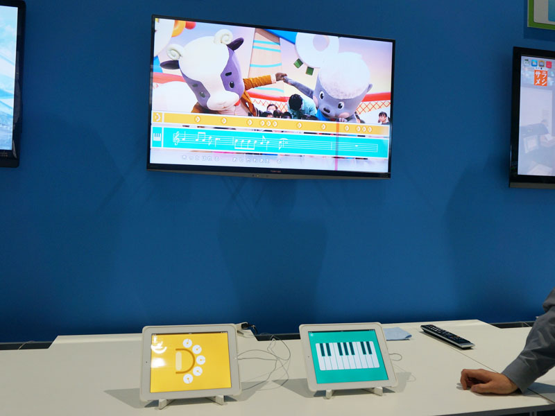【写真19、20】将来のHybridcastを考えた技術デモ。放送中の音楽に合わせて楽譜をテレビに表示、タブレットの側を「楽器」にして、その操作結果を表示