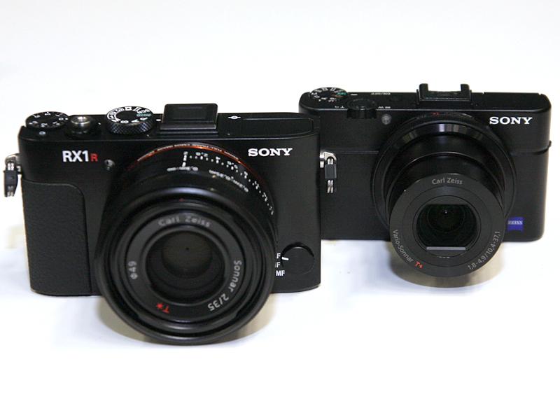 同日に発表された、ローパスフィルタレスのフルサイズ機「DSC-RX1R」(左)と、「DSC-RX100M2」(右)