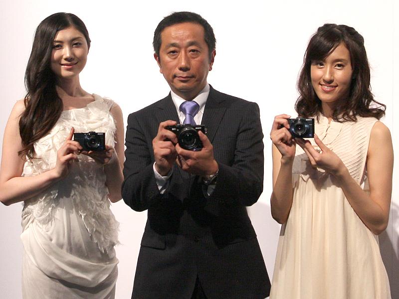 ソニーのデジタルイメージング事業本部 第二事業部 事業部長 槙公雄氏(中央)