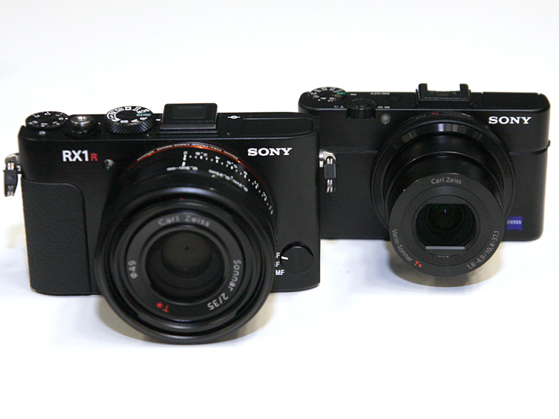 「DSC-RX1R」(左)と、同日に発表された1型裏面照射CMOS搭載の「DSC-RX100M2」(右)