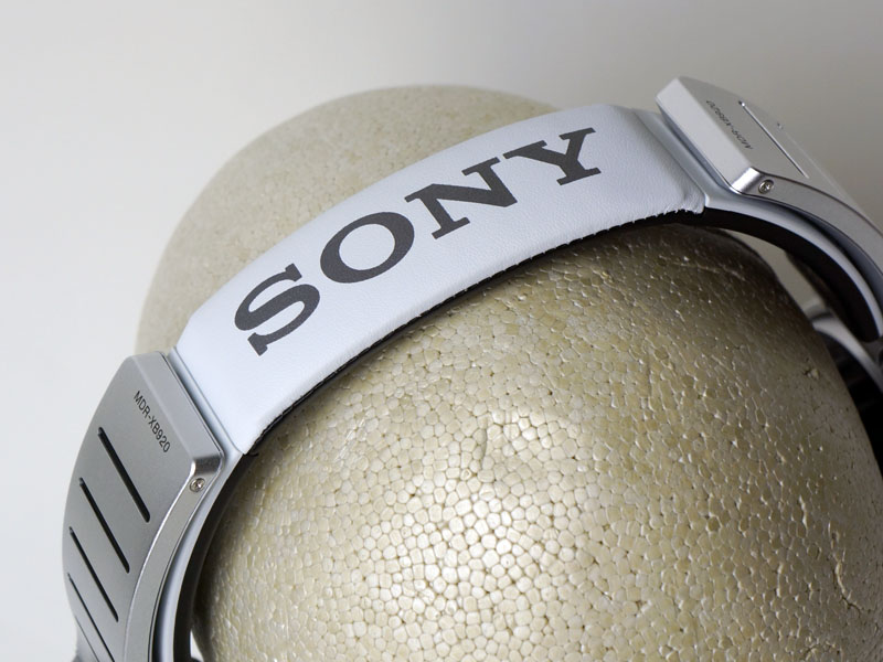 ヘッドアームにソニーのロゴ