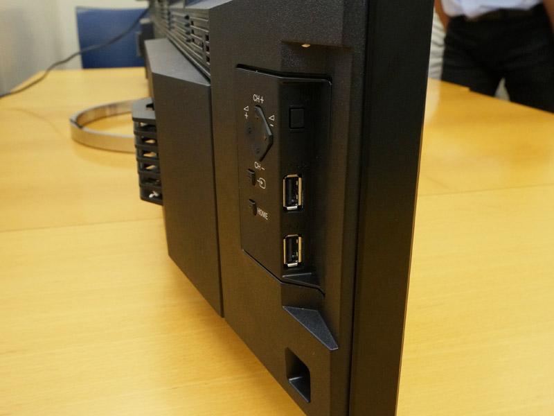 側面下部にある2つのUSB端子は汎用で、写真入りUSBメモリなどはこちらに接続する