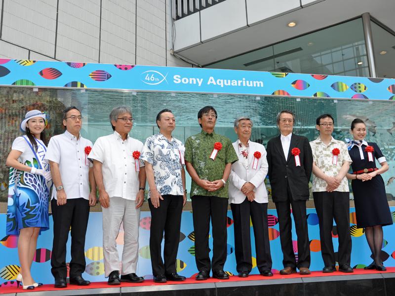 除幕式にはミス沖縄の山田美南海(みなみ)さんも参加した(左端)