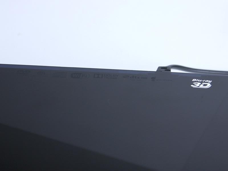 天板の右奥側に、ドルビーTrueHDやDTS-HDなどのロゴも控えめに表示