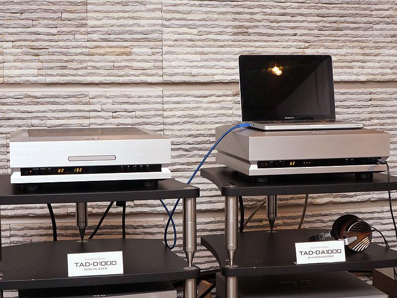 左からSACD/CDプレーヤーの「TAD-D1000」、D/Aコンバータ「TAD-DA1000」。ノートPCは付属しない